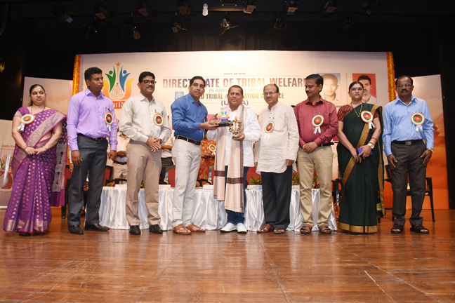 Felicitating to Dr. Achyuta Samanta Hon'ble MP of Rajya Sabha & founder of KISS and KITT Bhubaneshwar, Odisha by Govind Gaude, Hon'ble Minister for Tribal Welfare, State of Goa.